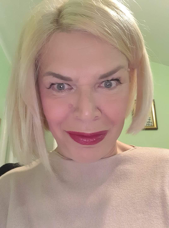 Marina Karpatska | Pozovi Astrologa - Među paranormalnim sposobnostima ističe se i moć njenih očiju, jer jednim pogledom otvara vašu auru i za nju više tajne ne postoje.